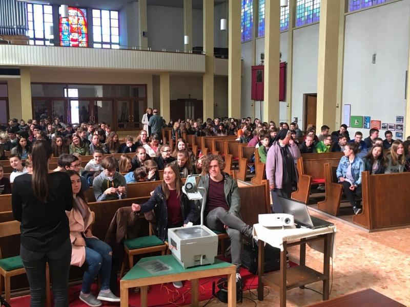 Slika 1: Šolska skupnost v cerkvi, © Urša Močnik-Štumpfl