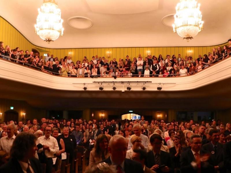 Slika 5: Nabito polna velika dvorana v Domu glasbe v Celovcu, © Peter Krivograd