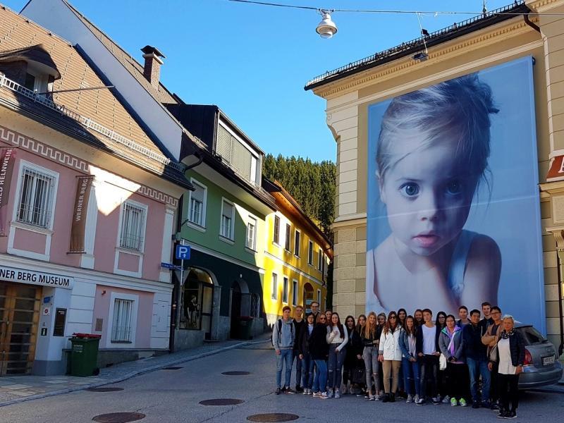 Slika 1: Skupinska slika pred inštalacijo na fasadi hiše na glavnem trgu, © Nadja Senoner