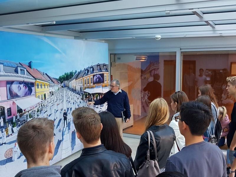 Slika 4: Pred fotografijo, ki je nastala ob obisku Helnweina v Pliberku, © Nadja Senoner