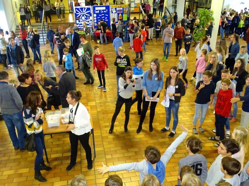 Slika 1: Obiskovalci v šolski avli, © Kristjan Sadnikar