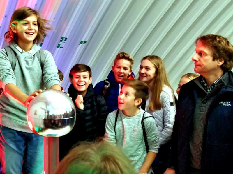 Bild 1: Von Physik begeisterte Jugend, © Niko Ottowitz