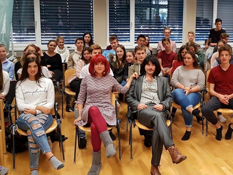 Slika 1: Igralca Sabine in Michael Kristof-Kranzelbinder med gledalci, © Nadja Senoner