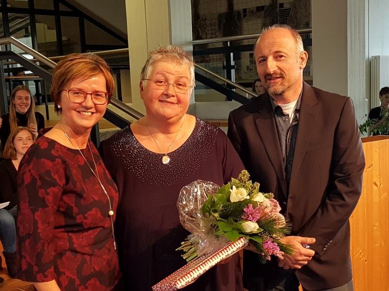 Slika 2: Ravnateljica Zalka Kuchling, novopečena penzionistka Marica Flödl in personalni zastopnik Franz Topolovec, © Nadja Senoner