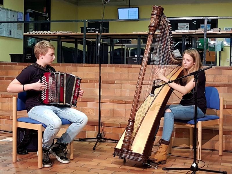 Slika 3: Duo Klara in Adrian Kuchling (harfa in harmonika), © Nadja Senoner