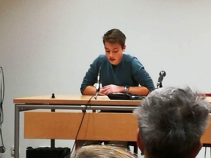 Slika 2: Luka bere publiki svojo pesem, © Matej Rozman