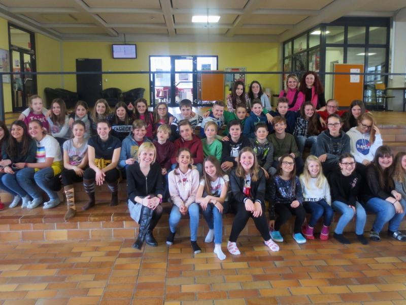 Slika 3: Skupinska slika v avli šole, © Julia Schuster-Smrečnik