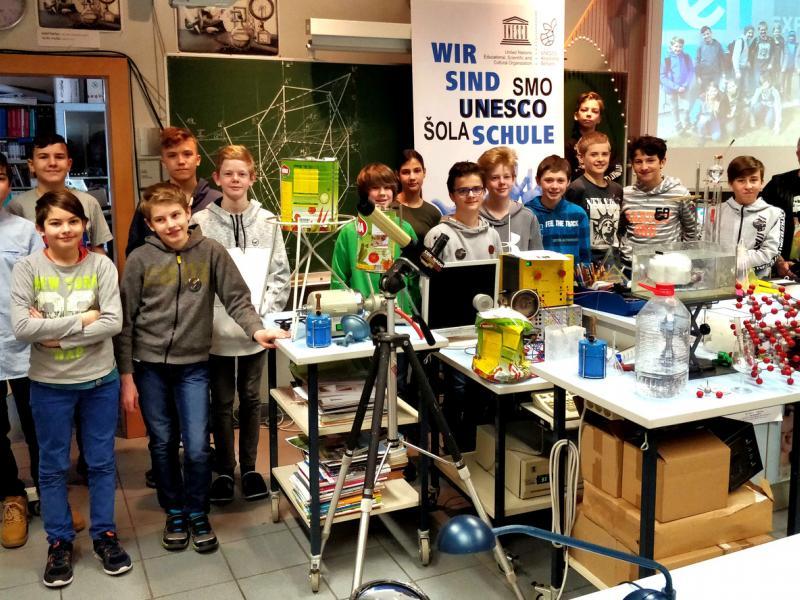 Slika 2: Vsi mladi raziskovalci s svojim professorjem, © Martin Urbajs
