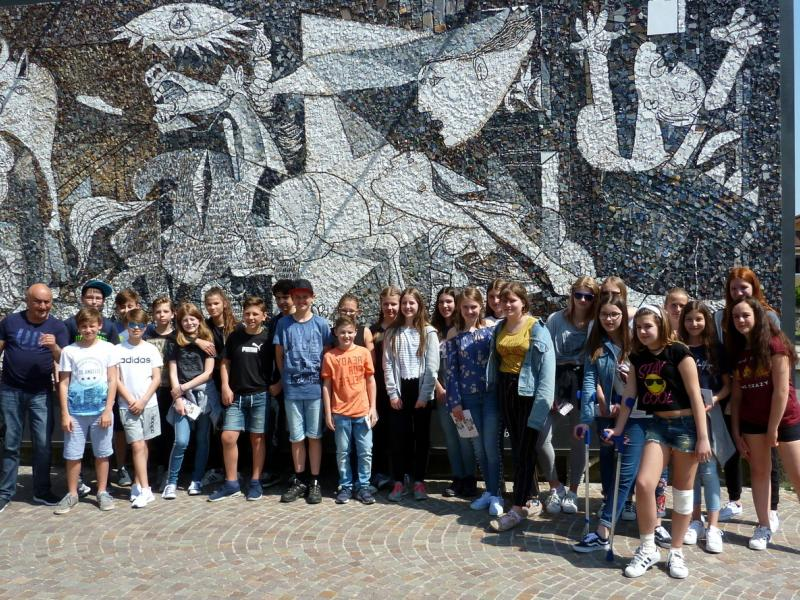 Slika 1: Pred šolo mozaika v Spilimbergo, © Sonja Prohinig