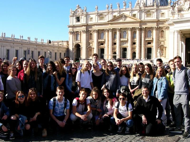 Slika 1: Skupinska slika pred baziliko sv. Petra, © Eva-Magdalena Angerer