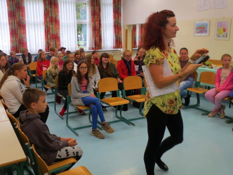 Slika 1: Sprejem v šolski jedilnici, © Julia Schuster-Smrečnik