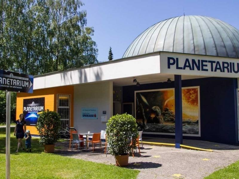 Slika 1: Planetarij v Celovcu, ©http://www.erlebnis.net/blog/planetarium-am-woerthersee/