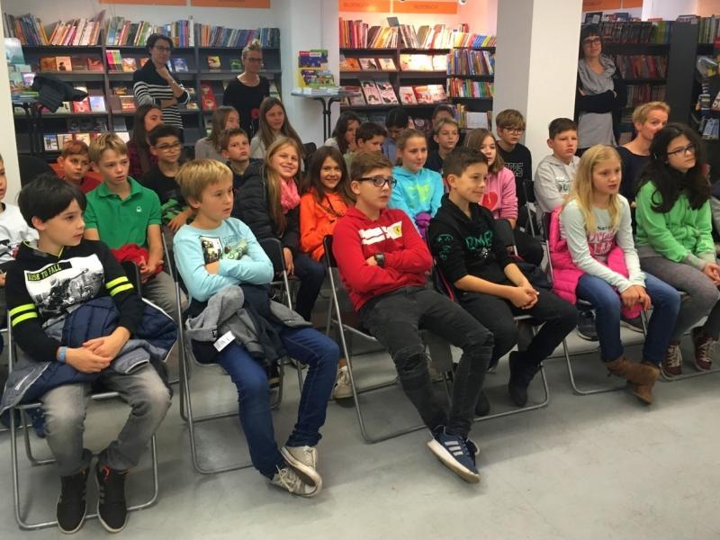 Slika 1: Učenci in učenke spoznavajo papirnato gledališče, ©Julia Schuster-Smrečnik