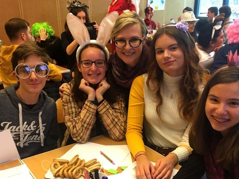 Slika 1: Skupina učencev z gospo Julio Köstenbaumer; ©Magdalena Kaltseis