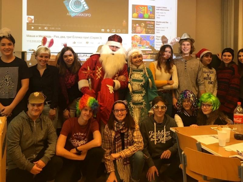 Slika 3: Skupinska slika z Dedkom Mrazom in s Sneguročko; ©Julia Schuster-Smrečnik
