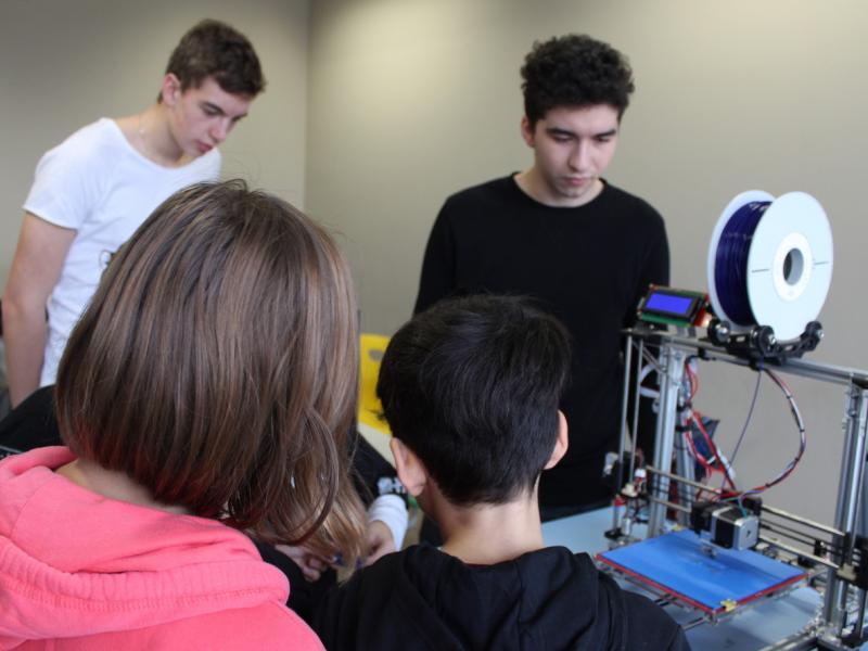 Slika 6: 3D-tiskalnik v učilnici informatike, ©Kristjan Sadnikar