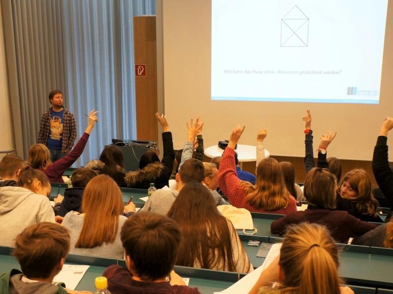 Slika 2: Učenci in učenke sodelujejo pri predavanju gospoda Hackla; ©Melanie Buchacher