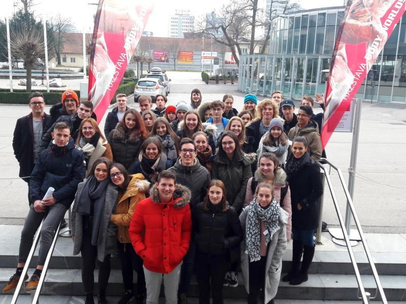 Bild 1: Gruppenfoto vor der Ausstellung, ©Anja Valentinitsch-Harrich