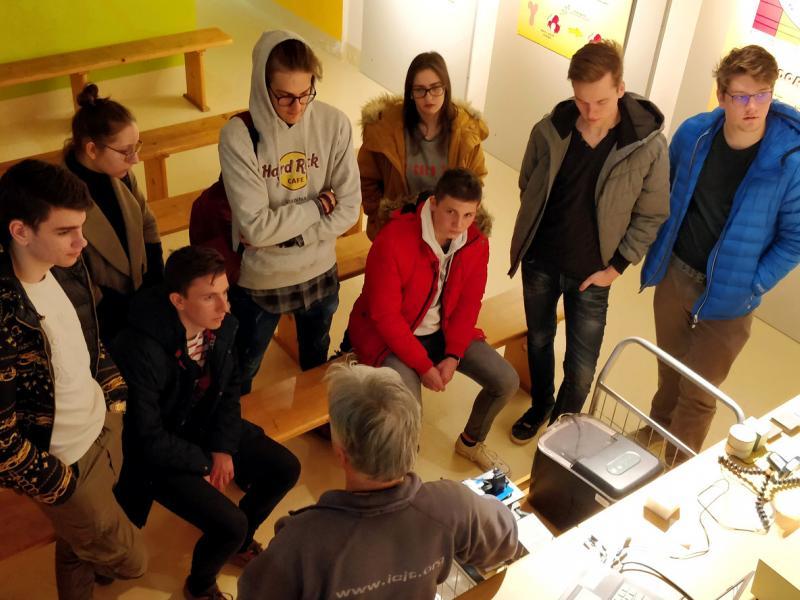 Slika 3: Dr. Radko Istenič navdušuje dijakinje in dijake Slovenske gimnazije, ©Niko Ottowitz