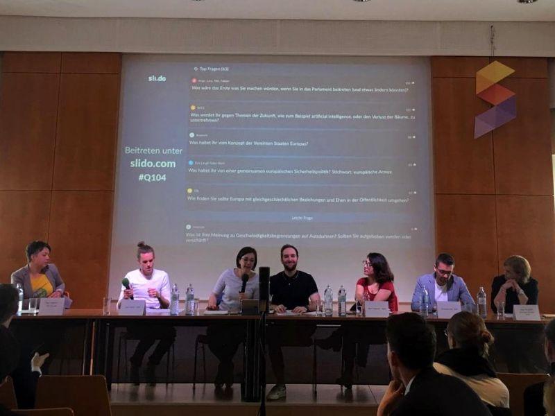 Slika 1: Zastopniki strank med diskusijo, ©Paloma Fantur