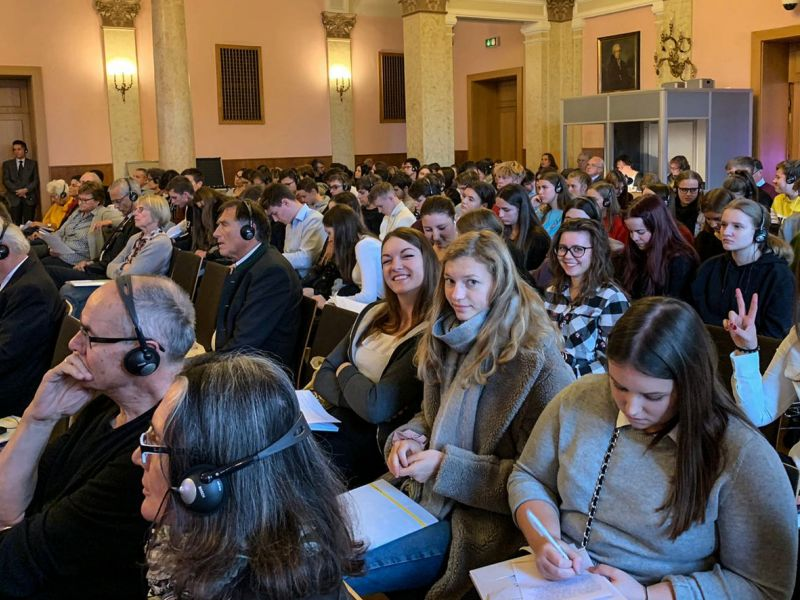 Slika 1: V avditoriju so sedeli dijaki treh šol, razni člani manjšin in zainteresirani ljudje iz raznih držav, ©Eva Kogelnik