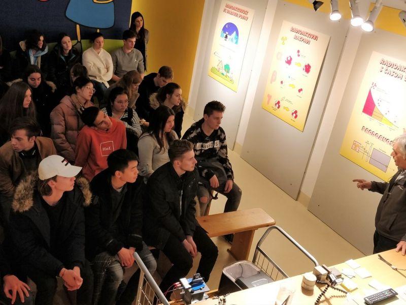Bild 2: Dr. Radko Istenič begeistert die Schülerinnen und Schüler des Slowenischen Gymnasium, ©Niko Ottowitz