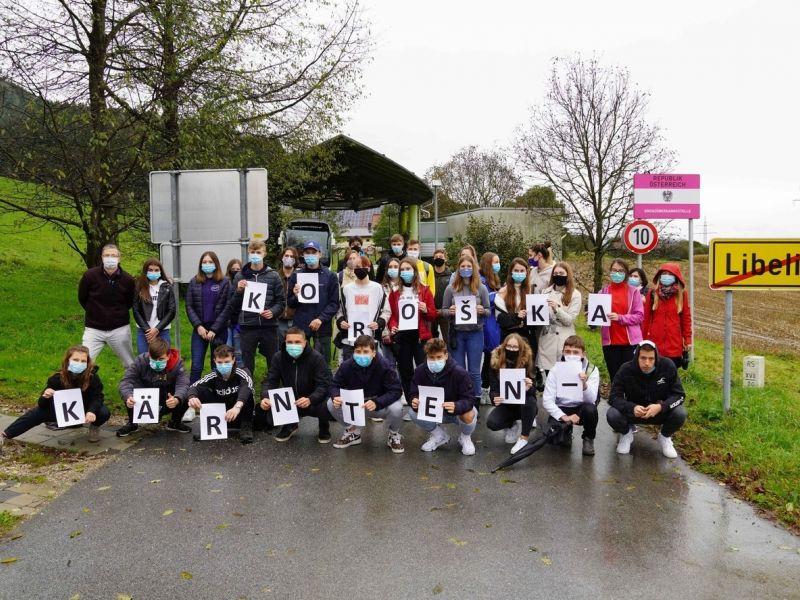 Slika 1: NaMeji: skupna slika dijakov Slovenske gimnazije in Gimnazije Ravne, © Niko Wakounig