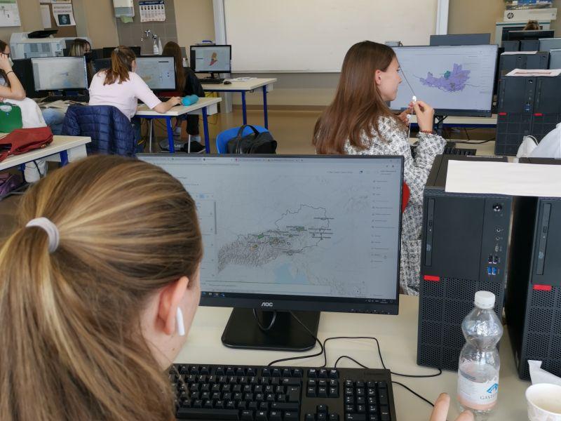 Slika 2: Dijakinje in dijaki 7A razreda pri izdelavi kartografij