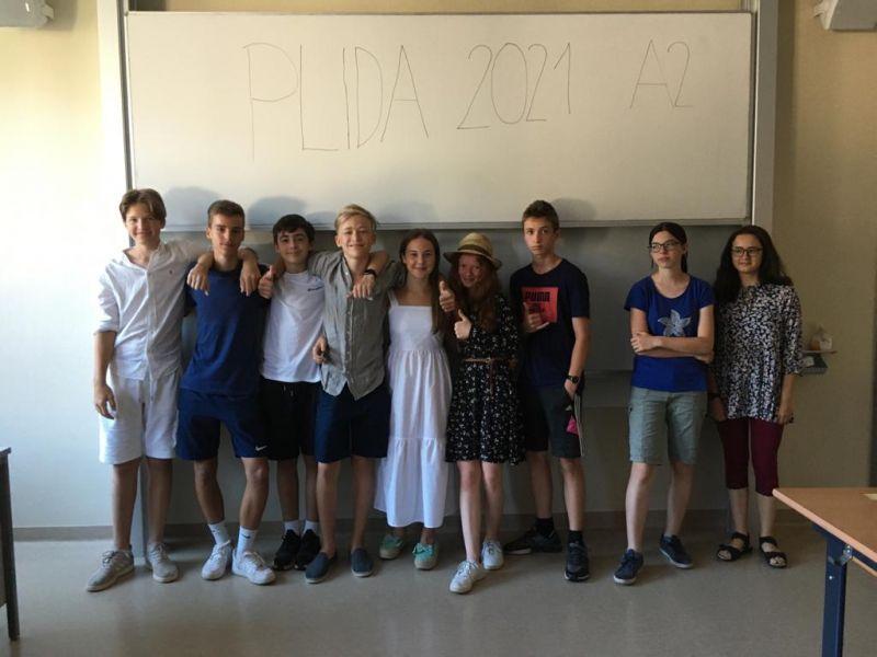 Bild 1: SchülerInnen der 4. C und 4. D nach den Prüfungen; ©prof. Michaela Dobnig-Prasenc