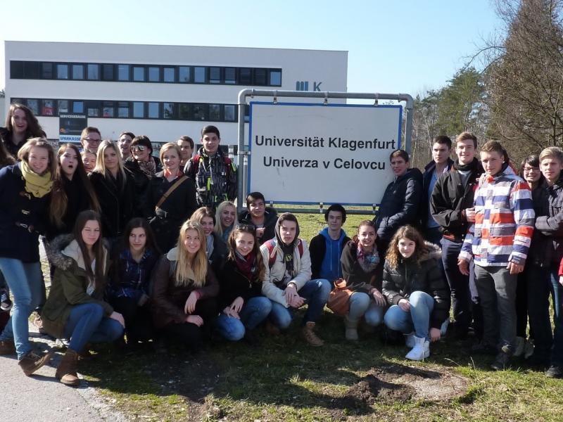 Slika 1: Skupaj pred univerzo v Celovcu ...