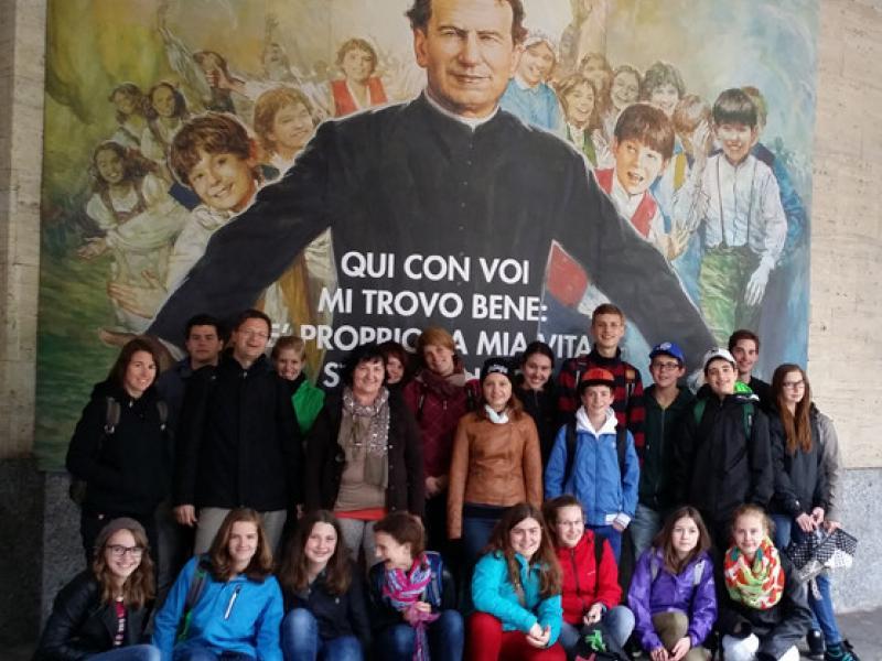 Slika 1: Skupinska slika z / pred sv. Janezom Boskom