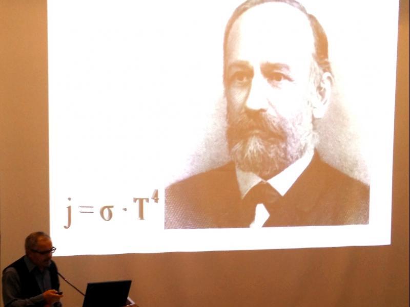 Slika 1: Niko Ottowitz predava o Jožefu Stefanu , © Martin Urbajs
