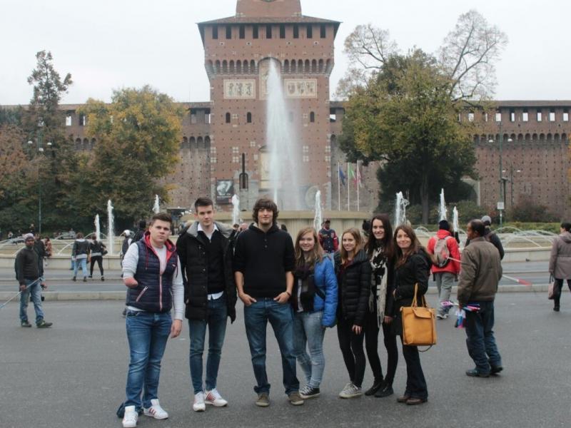 Slika 1: Skupina italijanščine 7a-razreda pred Castello Sforzesco, © Theresia Krautzer
