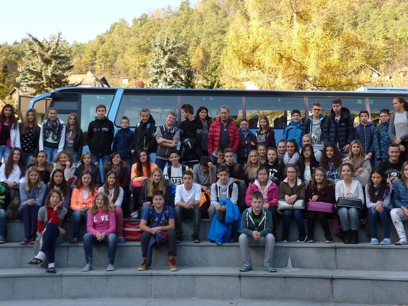 Bild 1: Gruppenfoto - Schüler/innen des Slow. Gymnasiums, der NMS Ferlah und GS Bistrica, © Anja Valentnitsch