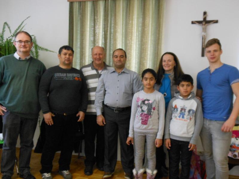 Bild 2: Gruppenbild der Flüchtlingsfamilien mit den Organisatoren des Treffens, © Dauböck Lena