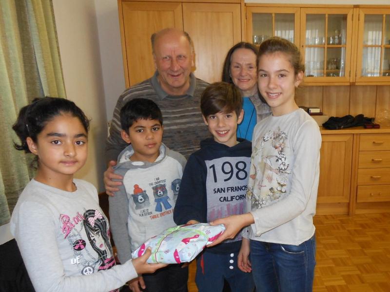 Bild 1: Bei der Geschenkübergabe, © Andrej Vezonik