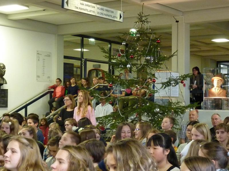 Slika 1: Božično drevo v šolski avli, © Nadja Schellander