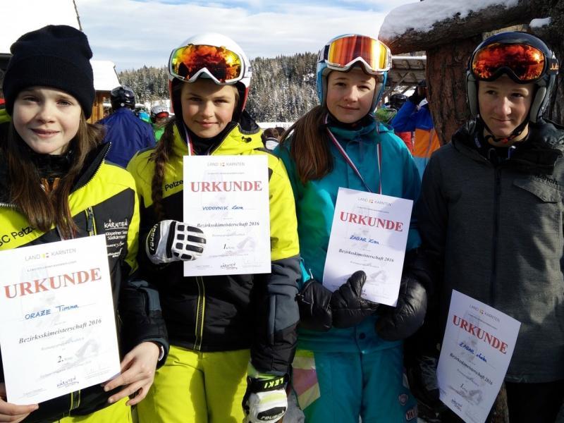 Slika 1: Zmagovita dekliška ekipa in zmagovalec, © Niko Ottowitz