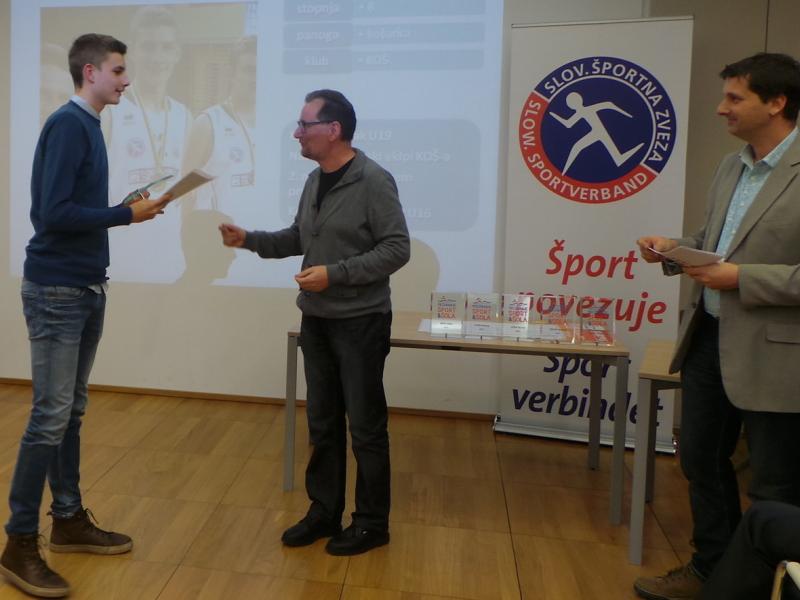 Slika 3: Nagrajenec Florian iz ekipe KOŠ pri podelitvi, © Karin Ponholzer