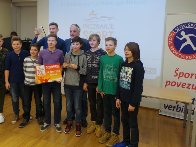 Slika 2: Nagrajenci košarkarske ekipe KOŠ U12 s predsednikom Michijem Seherjem, © Karin Ponholzer