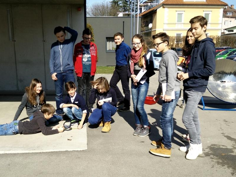 Slika 2: Mladi raziskovalci pred Slovensko gimnazijo, © Niko Ottowitz