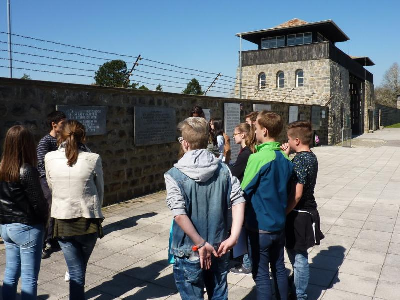Slika 2: V notranjosti bivšega koncentracijskega taborišča, © Nadja Schellander