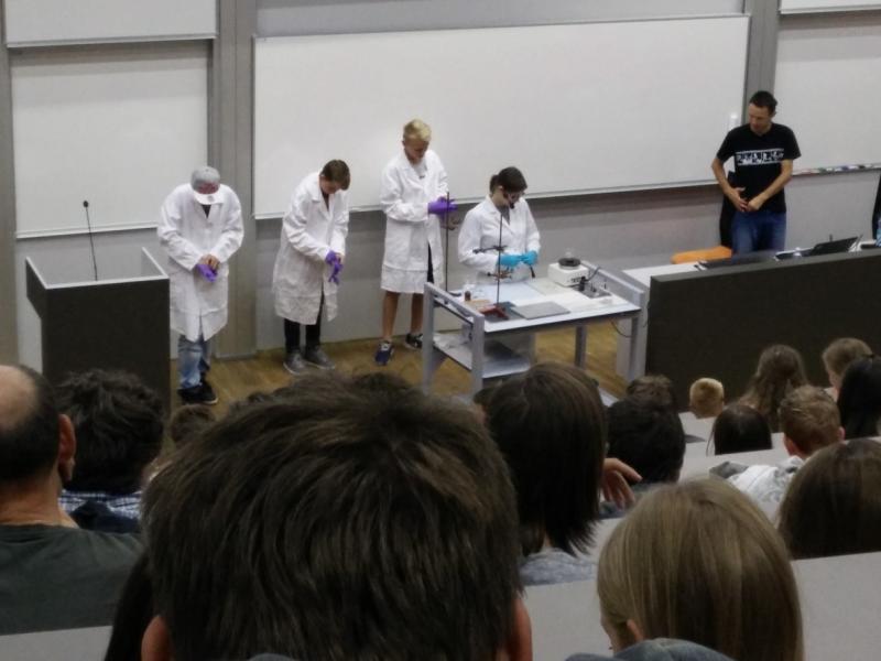 Bild 2: Interessante Chemieversuche im Hörsaal A, © Niko Ottowitz