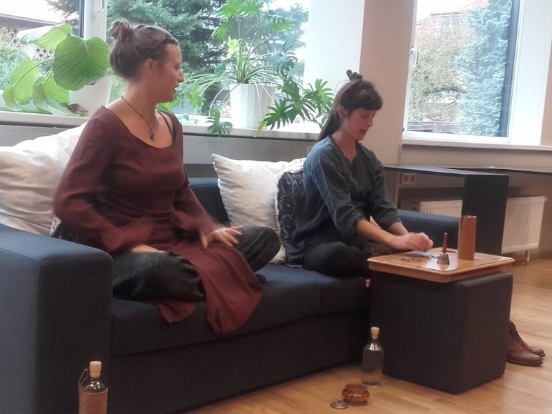 Bild 2: Die Performerinnen Polona Prosen und Tea Vidmar, © Tatjana Koncilia