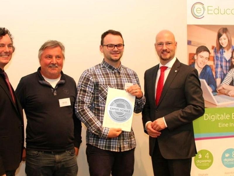 Bild 2: Martin Urbajs und Matej Trampusch bei der Verleihung in Linz