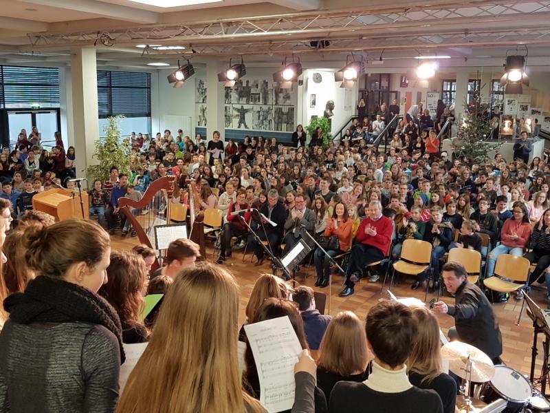 Slika 1: Dijaki in profesorji pri slovesni božičnici, © Nadja Schellander