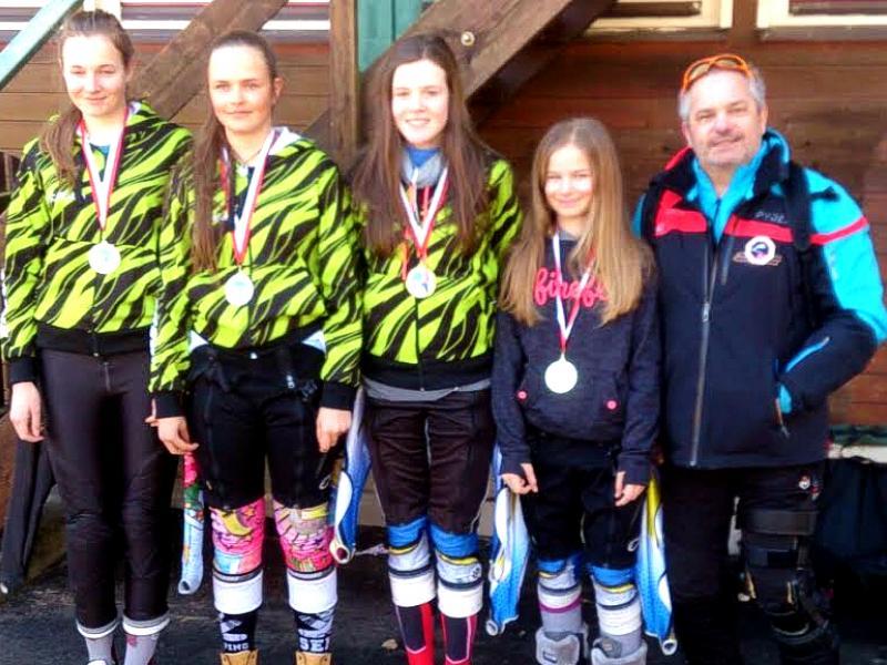 Slika 4: Uspešna dekleta Slovenske gimnazije s svojim spremljevalcem na deželnem prvenstvu, © Lucija Olip