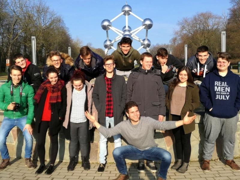 Slika 1: Dijaki pred Atomiumom v Bruslju, © Magdalena Kulnik